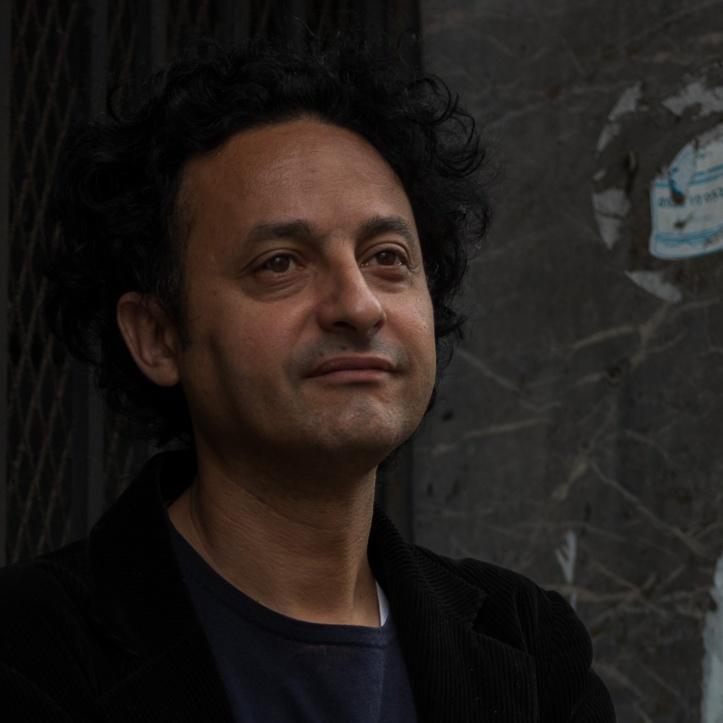 Hicham Houdaïfa est né à Casablanca en 1969. Journaliste depuis 1996, il a travaillé pour plusieurs organes de presse, notamment Al Bayane, où il a tenu la rubrique Société. Entre 1999 et 2002, il a été correspondant d'Afrique Magazine à New York. Il s'est aussi occupé des pages Société du Journal hebdomadaire, d'octobre 2004 à la fermeture du magazine en janvier 2010. Il collabore aujourd'hui régulièrement à l'hebdomadaire La Vie économique.. Durant son parcours, Hicham Houdaïfa a essentiellement travaillé sur des sujets sociétaux : liberté de culte, droits des femmes, situation des migrants subsahariens… Il est cofondateur avec la journaliste Kenza Sefrioui d'EN TOUTES LETTRES, maison d'édition spécialisée dans l'essai journalistique, où il dirige la collection Enquêtes.